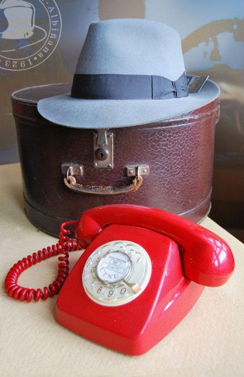 Telefono y sombreros